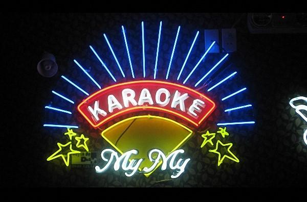 mẫu quảng cáo đèn neon quán karaoke